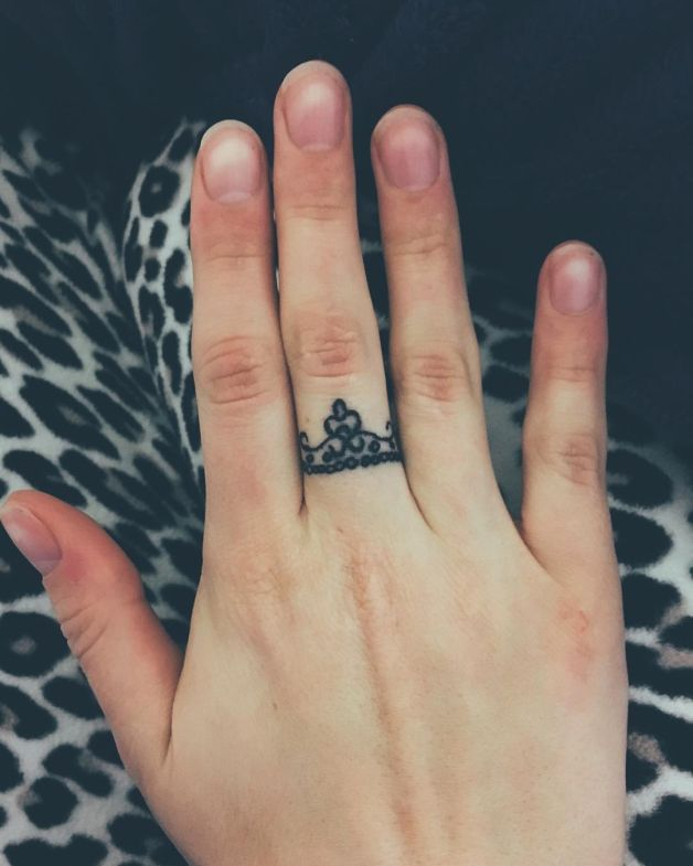 Tiny King And Queen Tattoos On Fingers