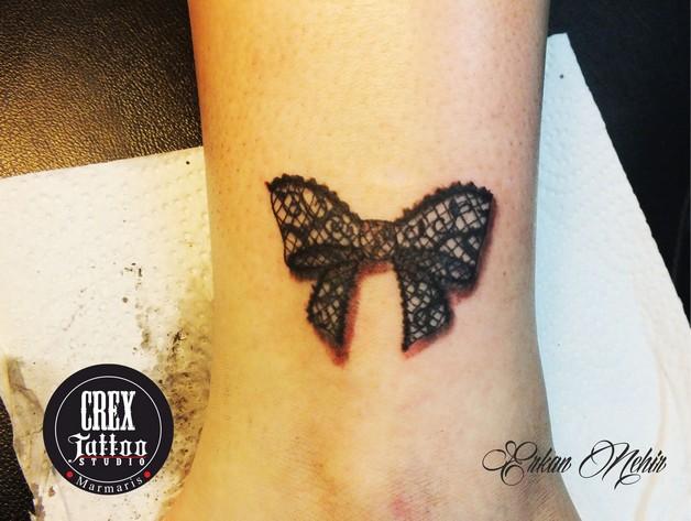 Beautiful Swirl Ribbon Bow Tattoo On Thigh photo - 1