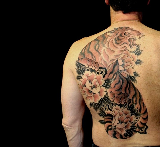 flowers and screaming tiger tattoos on back photo - 1