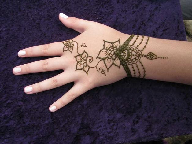 Mehndi Wrist Tattoo : Nice arabic tattoo on wrist